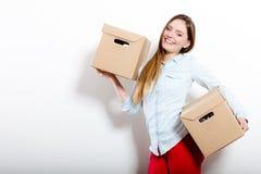 Счастливая женщина двигая в коробки нося дома стоковые фотографии rf