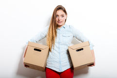Счастливая женщина двигая в коробки нося дома стоковое изображение