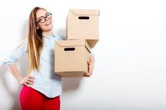 Счастливая женщина двигая в коробки нося дома стоковые изображения rf