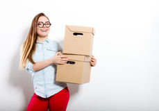 Счастливая женщина двигая в коробки нося дома стоковая фотография rf