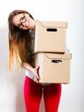 Счастливая женщина двигая в коробки нося дома стоковое изображение rf