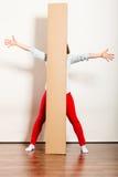 Счастливая женщина двигая в коробку нося квартиры стоковое фото rf