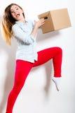 Счастливая женщина двигая в коробку нося дома стоковое изображение rf