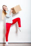 Счастливая женщина двигая в коробку нося дома стоковое изображение