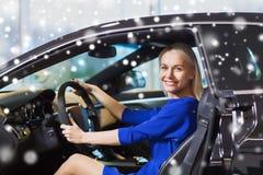Счастливая женщина внутри автомобиля в автосалоне или салоне Стоковая Фотография