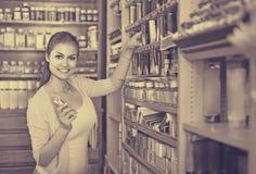 Счастливая женщина выбирая различный цвет в трубке Стоковое Фото