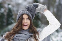 Счастливая женщина в времени зимы Стоковая Фотография
