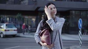Счастливая женщина в городе сток-видео