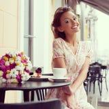 Счастливая женщина в кафе стоковые фото