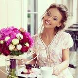 Счастливая женщина в кафе стоковые изображения