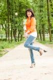 Счастливая женщина в оранжевой куртке стоковое фото