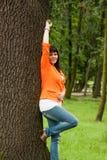 Счастливая женщина в оранжевой куртке стоковые фотографии rf