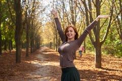 Счастливая женщина в парке осени стоковое фото