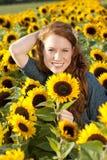 Счастливая женщина в поле солнцецвета Стоковая Фотография RF