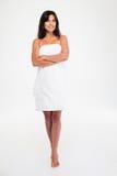 Счастливая женщина в полотенце стоя при сложенные руки стоковая фотография rf