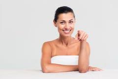 Счастливая женщина в полотенце указывая палец на камеру стоковая фотография rf