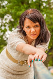Счастливая женщина в свитере стоковые изображения