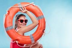 Счастливая женщина в солнечных очках с томбуем кольца lifebuoy Стоковое Изображение