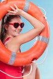 Счастливая женщина в солнечных очках с томбуем кольца lifebuoy Стоковое Фото