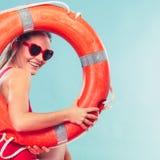 Счастливая женщина в солнечных очках с томбуем кольца lifebuoy Стоковые Изображения RF