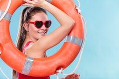 Счастливая женщина в солнечных очках с томбуем кольца lifebuoy Стоковая Фотография RF