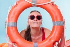 Счастливая женщина в солнечных очках с томбуем кольца lifebuoy Стоковые Изображения