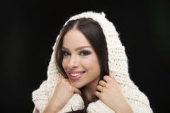Счастливая женщина в теплом шарфе зимы Стоковое Изображение RF