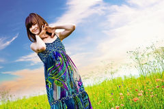 Счастливая женщина в лужке стоковые изображения