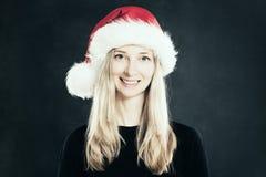 Счастливая женщина в шлеме Санта Рождество Стоковая Фотография