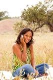 Счастливая женщина говоря и отправляя СМС Стоковое Изображение RF