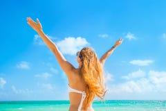 Счастливая женщина девушки на пляже наслаждаясь океаном природы Стоковые Фотографии RF