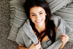 Счастливая женщина лежа на поле с подушками. Взгляд сверху Стоковое Изображение