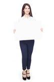 Счастливая женщина держа белый чистый лист бумаги Стоковые Изображения RF