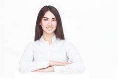 Счастливая женщина держа белый чистый лист бумаги Стоковое Изображение