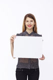 Счастливая женщина держа белый чистый лист бумаги Стоковые Изображения
