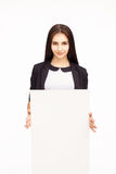 Счастливая женщина держа белый чистый лист бумаги Стоковое Изображение RF