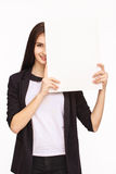 Счастливая женщина держа белый чистый лист бумаги Стоковые Фотографии RF