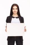 Счастливая женщина держа белый чистый лист бумаги Стоковое фото RF