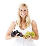 Счастливая женщина держа виноградины стоковое изображение rf