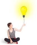 Счастливая женщина держа воздушный шар электрической лампочки Стоковые Фотографии RF