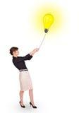 Счастливая женщина держа воздушный шар электрической лампочки Стоковая Фотография RF