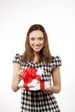 Счастливая коробка женщины и подарка стоковые фотографии rf