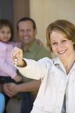 Счастливая женщина держа новый домашний ключ Стоковое фото RF