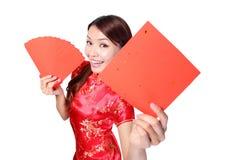 Счастливая женщина держа пустые красные двустишие Стоковая Фотография RF
