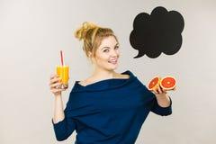 Счастливая женщина держа свежий апельсиновый сок Стоковое Изображение