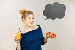 Счастливая женщина держа свежий апельсиновый сок Стоковые Фотографии RF