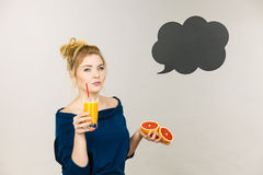 Счастливая женщина держа свежий апельсиновый сок Стоковые Изображения