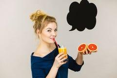 Счастливая женщина держа свежий апельсиновый сок Стоковые Фото
