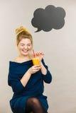 Счастливая женщина держа свежий апельсиновый сок Стоковая Фотография
