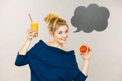 Счастливая женщина держа свежий апельсиновый сок Стоковые Изображения RF